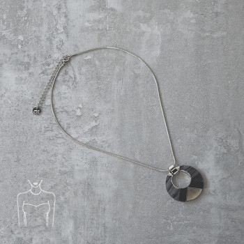 Short necklace with pendant