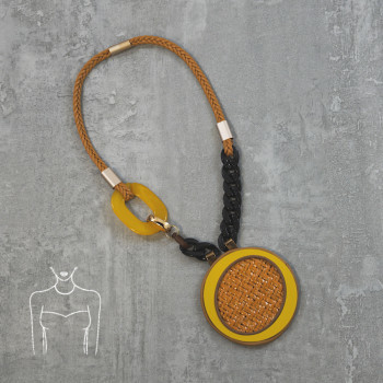 Short necklace with round pendant